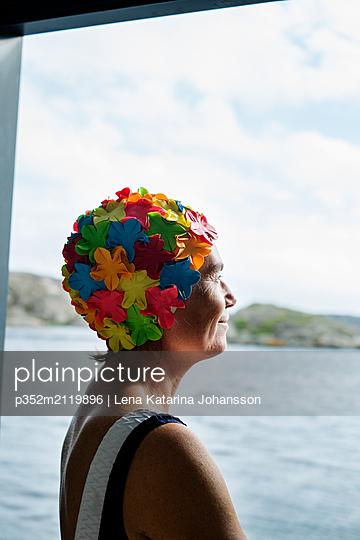 Portrait of mature woman wearing swimming cap - p352m2119896 by Lena Katarina Johansson