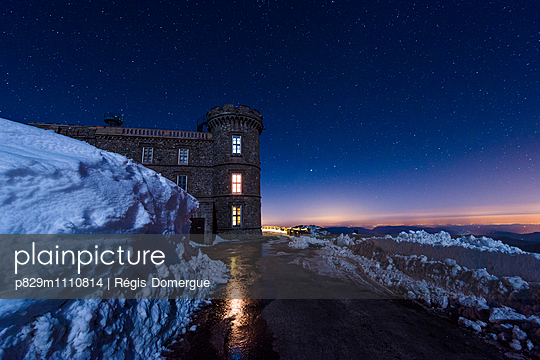 Castle in snowy landscape at night - p829m1110814 by Régis Domergue