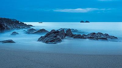France, Bretagne, Cap Sizun, rocks in Atlantic Ocean, long exposure - p300m950372f by Jan & Nadine Boerner