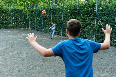 Kinder beim Fußball spielen - p427m1467174 von R. Mohr