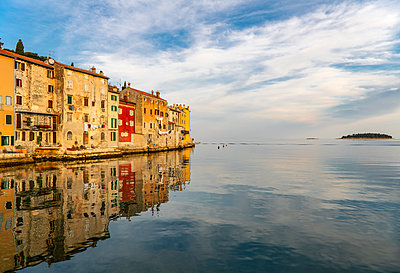 Scenic view of Rovinj old town reflected in sea at dawn, Istria Peninsula, Croatia - p429m2098411 by Henn Photography