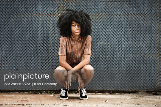 Young woman with afro hair - p312m1192781 by Karl Forsberg