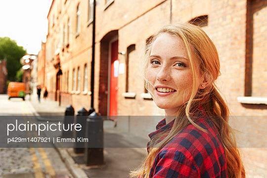 Woman in street, London, UK - p429m1407921 by Emma Kim