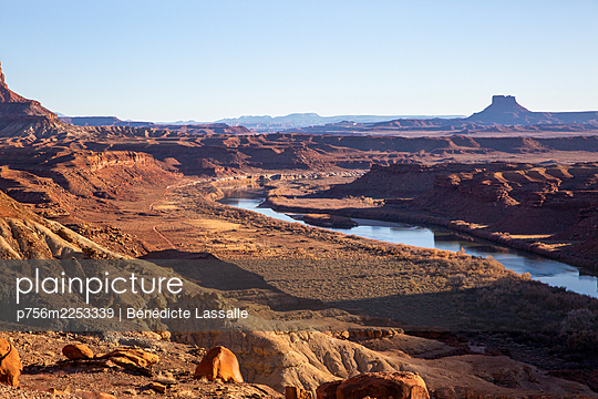Fluss in Felslandschaft, Utah, USA - p756m2253339 von Bénédicte Lassalle