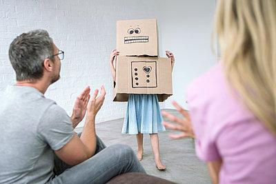 Mädchen verkleidet als Karton Monster - p1156m1591835 von miep