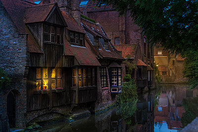 Belgium, Flanders, Bruges, Canal and old houses in the evening - p300m1175735 by Frank Röder