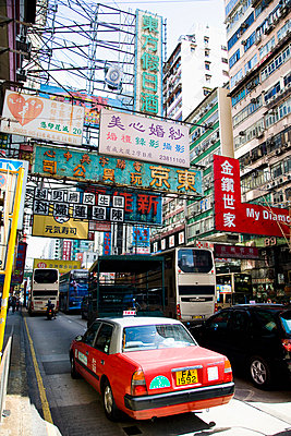 Streets bustle with taxis and buses; Kowloon, Hong Kong, China - p442m839949 by Naki Kouyioumtzis