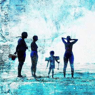 Urlauber am Strand - p567m667665 von Aurelia Jaeger