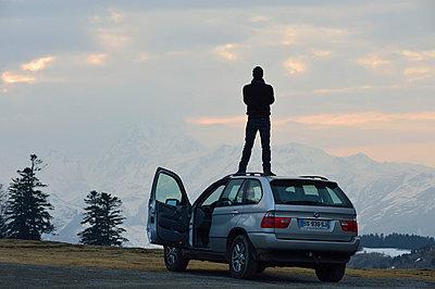 Auf dem Auto stehen - p829m715936 von Régis Domergue