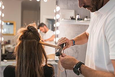 Man and woman in hairdressing, Moguer, Huelva, Spain - p300m2286216 von Julio Rodriguez