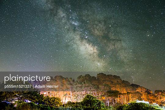 plainpicture | Photo library for authentic images - plainpicture p555m1521337 - Starry night sky above moun... - plainpicture/Blend Images/Adam Hester
