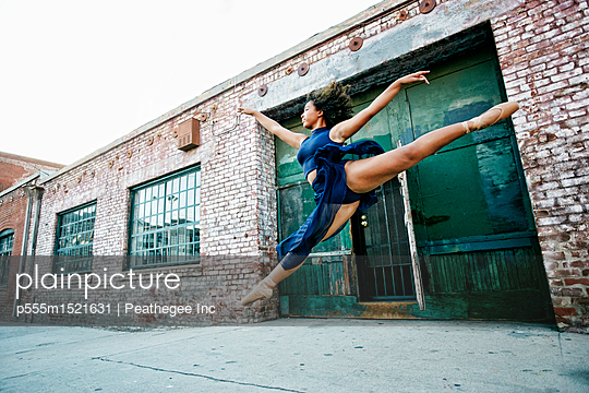 Mixed race woman dancing ballet in city - p555m1521631 by Peathegee Inc