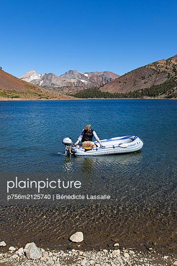 Man in dinghy - p756m2125740 by Bénédicte Lassalle