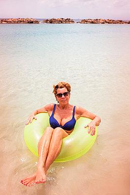 Frau treibt im Schwimmreif - p045m1564781 von Jasmin Sander