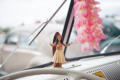 Hula Huka Tänzerin im VW-Bus - p045m1589580 von Jasmin Sander