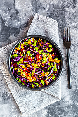 Salad with edamame, maize, red cabbage, carrot, bulgur, tomato, from above - p300m2059337 von Sandra Roesch
