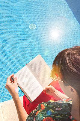 Lesen am Pool - p454m1552830 von Lubitz + Dorner