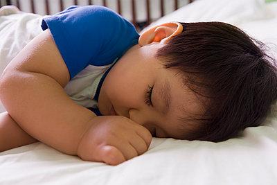 Hispanic baby boy napping - p555m1478179 by REB Images