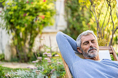 Mature man with eyes closed relaxing on deckchair - p623m2271834 by Frederic Cirou