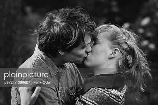 Junges Paar küsst sich - p972m1088607 von Felix Odell