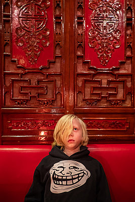 Little boy with funny sweater in Chinese restaurant - p1418m2152469 by Jan Håkan Dahlström