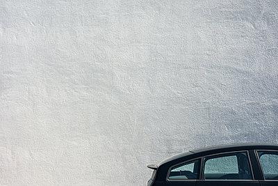 Auto vor weißer Hauswand - p354m1133778 von Andreas Süss