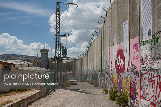 Grenzmauer in Bethlehem - p741m929354 von Christof Mattes