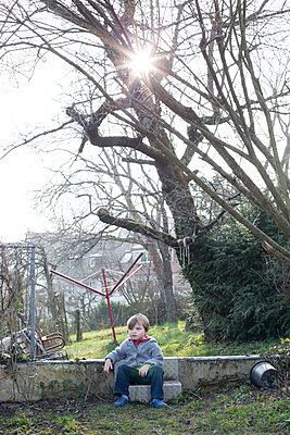 Kind im Garten - p1308m1332370 von felice douglas