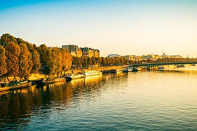 Die Seine mit mit einer Brücke und Blick auf Paris - p1332m1502730 von Tamboly