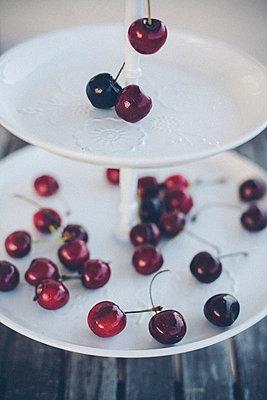 Rote Kirschen auf einer Etagere - p946m823749 von Maren Becker