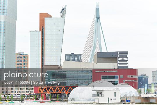 Futuristische Gebäude in Antwerpen - p587m1155094 von Spitta + Hellwig