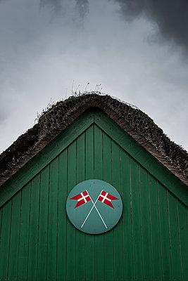 Dänische Flagge auf Altem Feuerwehrhaus - p248m1064279 von BY