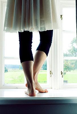 Frau auf dem Fensterbrett - p4320755 von mia takahara