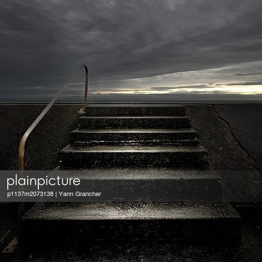 Treppe ins Nirgendwo - p1137m2073138 von Yann Grancher