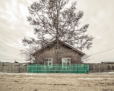 Wood house in siberia - p1542m2175045 by Roger Grasas