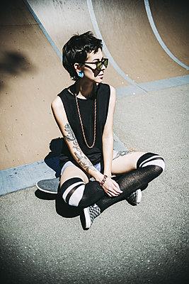 Young girl with skateboard - p970m1110787 by KATYA EVDOKIMOVA