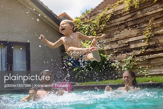 plainpicture | Photo library for authentic images - plainpicture p300m1537386 - Happy family having fun in ... - plainpicture/Westend61/Konstantin Trubavin