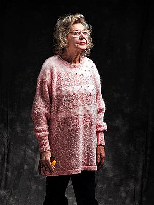 Ältere Dame mit Wurfpfeilen - p1271m1094522 von Maurice Kohl