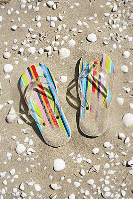 Flip Flops am Strand - p4640474 von Elektrons 08