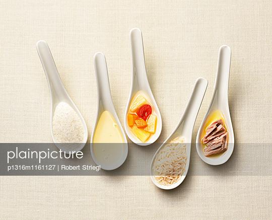 Löffel mit Salz, Öl, Früchte, Reis, Thunfisch, Essen, Nahrung - p1316m1161127 von Robert Striegl