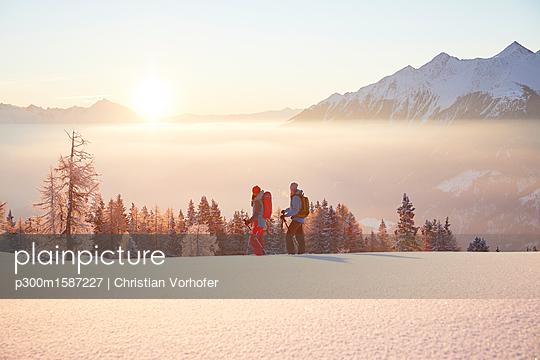 Austria, Tyrol, snowshoe hikers at sunrise - p300m1587227 von Christian Vorhofer