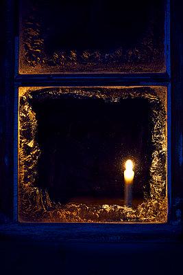 Eisblume Kerze Fenster - p1312m1477565 von Axel Killian