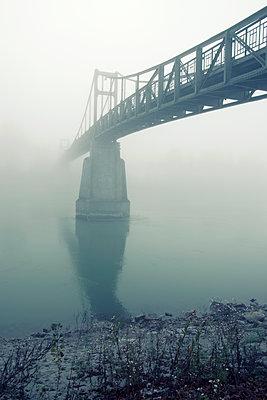 Brücke im Nebel - p1443m1503263 von SIMON SPITZNAGEL