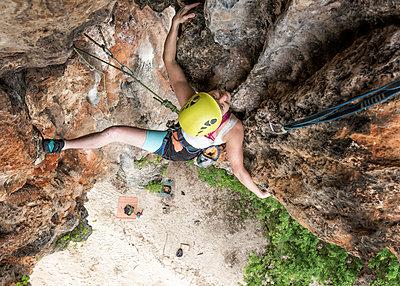 Thailand, Krabi, Lao liang island, woman climbing in rock wall - p300m2102451 by Alun Richardson