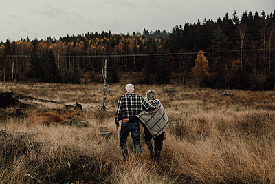 Senior couple walking together - p312m2191327 by Jennifer Nilsson