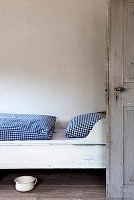 Bett und Topf - p637m853801 von Florian Stern