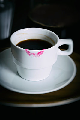 Kaffeetasse mit Lippenstift - p1149m1162771 von Yvonne Röder