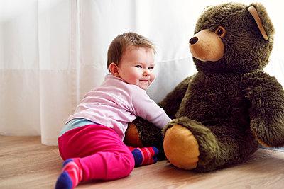 Baby mit großem Teddybär - p1196m1201697 von Biederbick & Rumpf