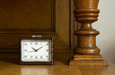 Wecker mit Holzschnitzerei - p1199m1039820 von Claudia Jestremski