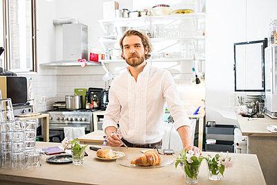 Mann am Tresen im Cafe - p1284m1466749 von Ritzmann